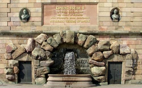 Kuningas Oskar II muistolaatta Tukholman kuninkaanlinna