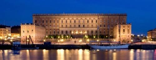 Tukholman kuninkaanlinna iltavalaistuksessa itäinen julkisivu