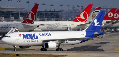Rahtilentokone Ataturkin lentokentällä Istanbul