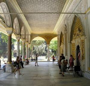 Sisäänkäynnit keisarillisen neuvoston halliin Topkapi-palatsi