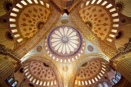Sulttaani Ahmedin moskeija pääkupoli ja puolikupolit Istanbul