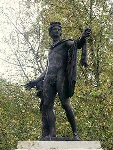 Apollo Belvedere patsas Kadriorgin puisto Tallinna
