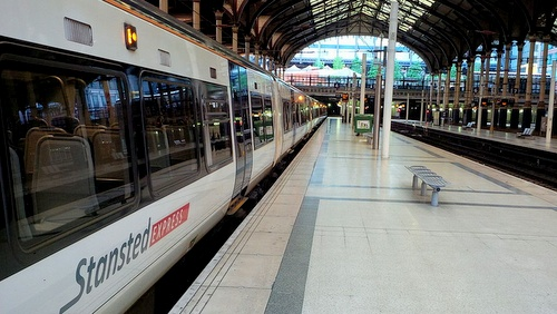 Stansted Express juna London Liverpool Street asemalla