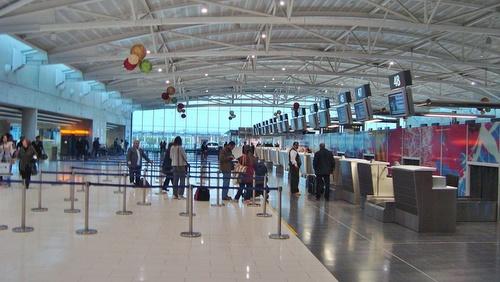 Kypros Larnacan lentoasema check-in halli