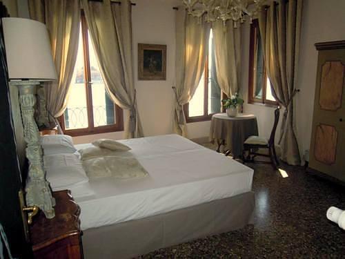 La Residenza 818 hotel guest room in Venice, Italy.