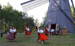 Tanssiaiset Tallinnan Viron ulkoilmamuseo