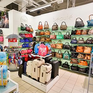 Meiltä löydät laajan valikoiman matka- ja käsilaukkuja, lompakoita, käsineitä ja pipoja niin naisille kuin miehille.