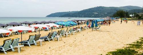 Karon Beach aurinkotuoleja Thaimaa