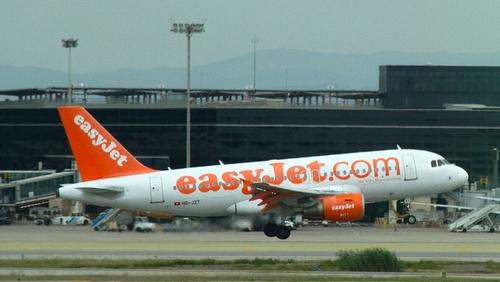 EasyJet lentokone Barcelonan lentokentällä